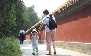 Une enfant et sa mère dans un parc de Pékin en mai 2021
