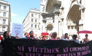 Lyon, le 2 juin 2015 Une trentaine de prostituées se sont réunies sur le parvis de l'Eglise Saint-Nizier en souvenir des 40 ans de la révolte des travailleuses du sexe.