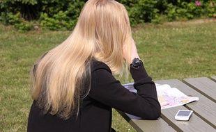 Une jeune fille en train de lire