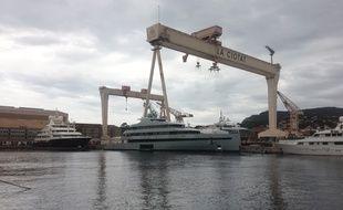 Des yachts en réparation sur le chantier naval de La Ciotat