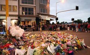 Les hommages se multiplient à Christchurch, près des deux mosquées attaquées.