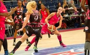 La Croate du Toulouse Métropole Basket Antonija Misura sous les yeux de sa coéquipière du TMB Olivia Epoupa (numéro 0), lors du match de Ligue féminine contre Charleville-Mézières, le 19 octobre 2014 à Paris.