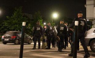 """Deux policiers soupçonnés d'avoir tenu des propos islamophobes sur Facebook alors que la ville de Trappes était secouée par les violences de juillet, ont été en garde en vue le mois dernier à l'IGPN, """"la police des polices"""", a-t-on appris auprès d'une source proche du dossier."""