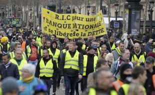 Des gilets jaunes manifestent dans les rues de Paris, le 2 mars 2019.