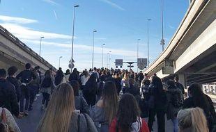 Les lycéens manifestent sur la voie rapide de Nice.