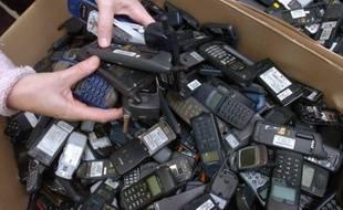 A force de changer de mobiles, les Français gardent plusieurs dizaines de millions de téléphones inutilisés dans leurs tiroirs, selon les professionnels du secteur, alors qu'il existe de nombreuses possibilités de les réemployer, les recycler voire même les monnayer.