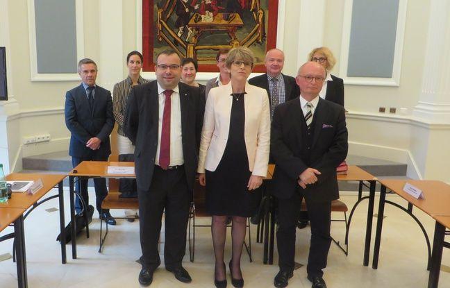 Les signataires de la convention, le 31 mai 2016 au Palais de justice de Toulouse. Au premier rang: Jean-Pierre Cassagnes (UNAF), Monique Olivier (procureure générale) et Michel Charrançon (Ligue Midi-Pyrénées), devant les procureurs de la République.