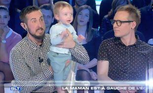 Trystan Reese (à gauche), son fils et son mari sur le plateau de Thierry Ardisson.