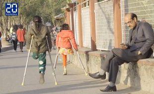 Capture d'écran d'une vidéo montrant Nirmala et Khendo, deux petites Népalaises âgées de 8 ans, blessées dans le tremblement de terre de 2015, et qui ont dû être amputées d'une jambe.