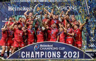 Le capitaine de Toulouse Antoine Dupont soulève le trophée de la Heineken Champions Cup, au Twickenham Stadium, à Londres, le 22 mai 2021.