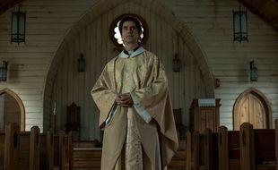 Hamish Linklater joue le père Paul dans « Midnight Mass ».