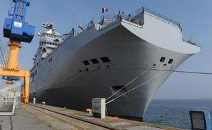 La proue d'un navire Mistral amarré à Brest, le 12 mars 2014
