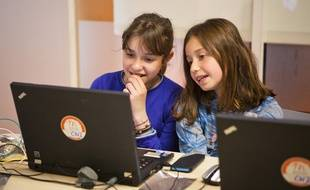 Deux fillettes en train de coder avec Magic Makers