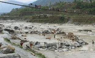 Huit personnes sont mortes samedi et au moins trois touristes russes sont portés disparus, dans des inondations au Népal, surpris par la rapide montée de eaux d'une rivière qui a balayé un village proche d'une des destinations de l'Himalaya les plus prisées des touristes, a indiqué la police.