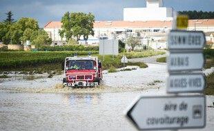 Une voiture des services de secours à Aigues-Vives dans le Gard, mardi.