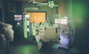 Un patient covid hospitalisé en réanimation à l'hôpital Delafontaine de Saint-Denis.