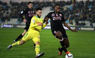 Le défenseur toulousain Issa Diop (à droite) à la lutte avec le milieu de terrain nantais Adrien Thomasson lors du match de Ligue 1 à Nantes, le 12 décembre 2015.
