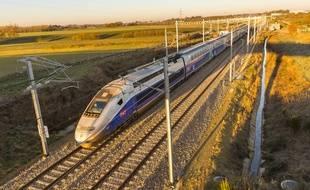 Un TGV d'essai près de Rennes lors d'essais de la nouvelle ligne à grande vitesse (LGV).