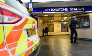Une voiture de police garée devant la station de métro de Leytonstone, où un homme a poignardé plusieurs voyageurs, à Londres le 6 décembre 2015