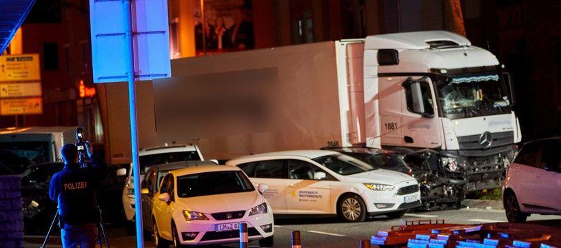 Un homme au volant d'un camion volé a foncé sur des voitures à Limburg, en Allemagne, le 7 octobre 2019.