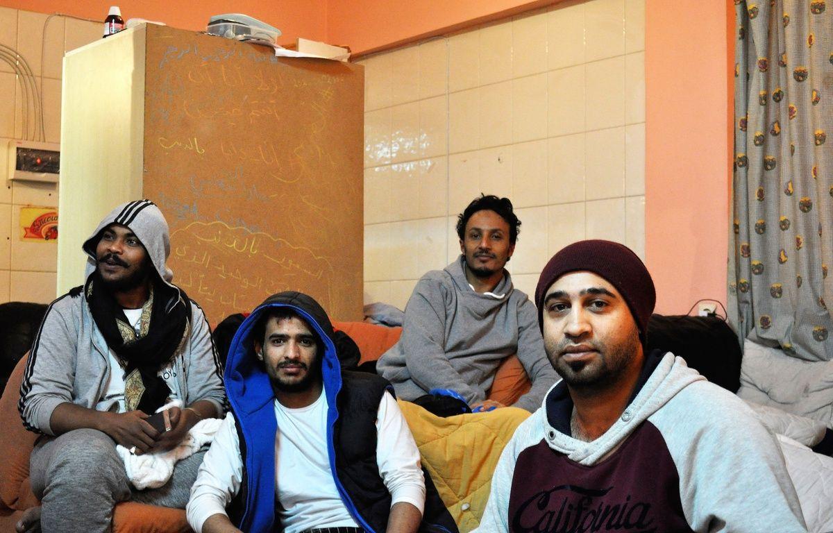 Originaires du Yémen, ces jeunes réfugiés sont hébergés dans un ancien restaurant, réhabilité en appartement collectif. – L-A.B/Care