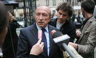 Le sénateur-maire de Lyon Gérard Collomb répond aux questions des  journalistes, le 1er juin 2010 devant le siège du Parti socialiste à  Paris.