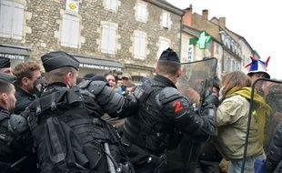 Des tensions ont éclaté entre des manifestants et les forces de l'ordre à Souillac