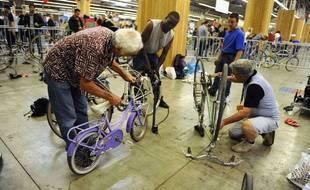 Les ateliers de réparation de vélo permettent à chacun de s'improviser réparateur.