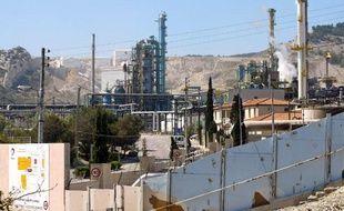 L'entreprise Total Raffinage Marketing, filiale du groupe pétrolier Total, comparaîtra mercredi devant le tribunal correctionnel d'Aix-en-Provence (Bouches-du-Rhône) pour homicide involontaire après la mort d'un salarié, qui a accidentellement inhalé un gaz toxique sur la raffinerie de la Mède en 2009.