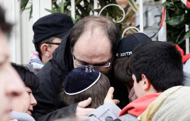 Les parents d'élèves du collège juif Ozar  Hatorah consolent leurs enfants. Une fusillade a eu lieu tuant quatre personnes dont trois  enfants dans ce collége de Toulouse. Lundi 19 mars 2012.