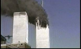 Les tours jumelles du World Trade Center à New York frappées par les terroristes le 11 septembre 2001.