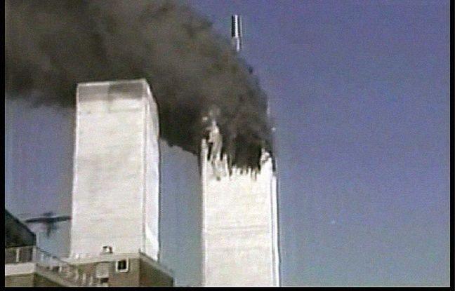 Les tours jumelles du World Trade Center à New York frappées par les terroristes le 11 septembre 2001.