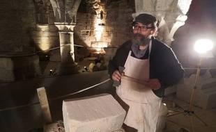 David Poiron, tailleur de pierre professionnel, encadre le chantier bénévole de restauration du cellier gothique.