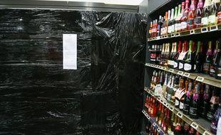 Un rayon d'alcool ici dans un supermarché.