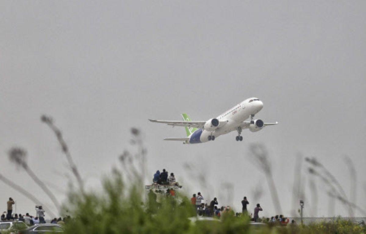 Le C919, un moyen-courrier conçu par la Chine pour bousculer le duopole Airbus-Boeing, a pris son envol pour la toute la première fois vendredi 5 mai 2017. – AP/SIPA