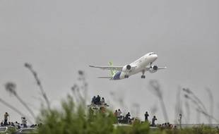 Le C919, un moyen-courrier conçu par la Chine pour bousculer le duopole Airbus-Boeing, a pris son envol pour la toute la première fois vendredi 5 mai 2017.