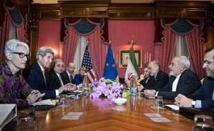 La table de négociations entre Iraniens et Américains le 26 mars 2015 à l'hôtel Beau Rivage à Lausanne avec notamment John Kerry le secrétaire d'Etat américain (2e g) et son homologue iranien Javad Zarif (2e d)