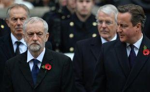 Le chef du parti d'opposition travailliste Jeremy Corbyn (g) et le Premier ministre britannique David Cameron (d) à LOndres, le 8 novembre 2015