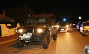 Un véhicule du Raid à Magnanville, dans les Yvelines, où un couple de policiers a été tué, le 14 juin 2016.