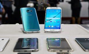 Les Galaxy S6 (gauche) et S6 Edge (droite) seront lancés le 10 avril dans 20 pays.
