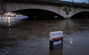Paris, 2 juin 2016, la Seine est en crue. La Seine a atteint cette nuit 5,5m. Le Zouave a les genoux sous leau, les berges sont fermees, le RER C a larret.//REYNAUDTRISTAN_065817/Credit:TRISTAN REYNAUD/SIPA/1606030718