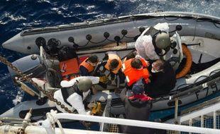 Opération de sauvetage en Méditerranée par la marine française le 5 septembre 2015