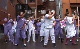 Les personnels de la maternité des Lilas (Seine-saiont-Denis) dans un remake du titre Papaoutai de Stromae, publié sur Youtube le 15 septembre