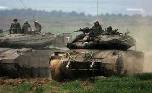 Dans la localité de Jabaliya, des dizaines de blindés israéliens se frayent leur chemin dans les ruelles étroites aux murs criblés de balles. Des hélicoptères tournoient dans le ciel. Les charges artisanales palestiniennes et les roquettes israéliennes explosent.