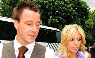 Le joueur de Chelsea et capitaine de l'équipe de football d'Angleterre, John Terry, et sa femme, Toni Poole, lors du mariage de Joe Cole et Carly Zucker, au Royal Hospital de Chelsea, en Grande-Bretagne, le 20 juinn 2009.