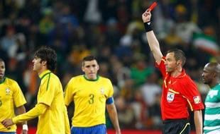 Stéphane Lannoy, seul arbitre français de la coupe du monde, expulse Kaka le 20 juin 2010 lors du match Brésil-Côte d'Ivoire.