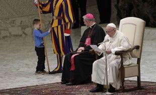 Le petit garçon est monté sur scène pour vérifier si les gardes suisses entourant le pape François étaient bien réels.