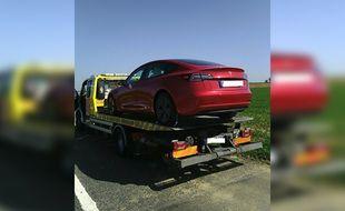 La Tesla de l'automobiliste est repartie sur un plateau.
