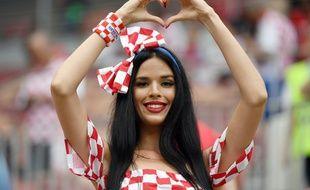 Une supportrice croate dans les tribunes en Russie.