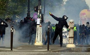 Un manifestant lance un projectile aux forces de l'ordre, lors du défilé du 1er-mai à Paris.